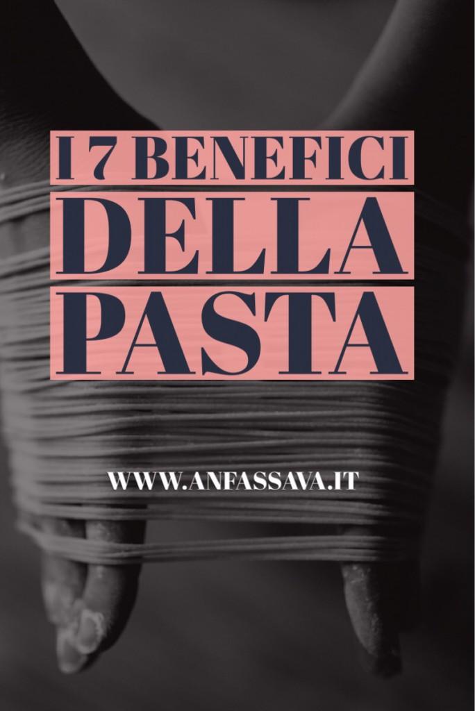 grafica verticale per pinterest: due mani che tengono pasta fresca e titolo: i 7 benefici della pasta (farla e mangiarla)