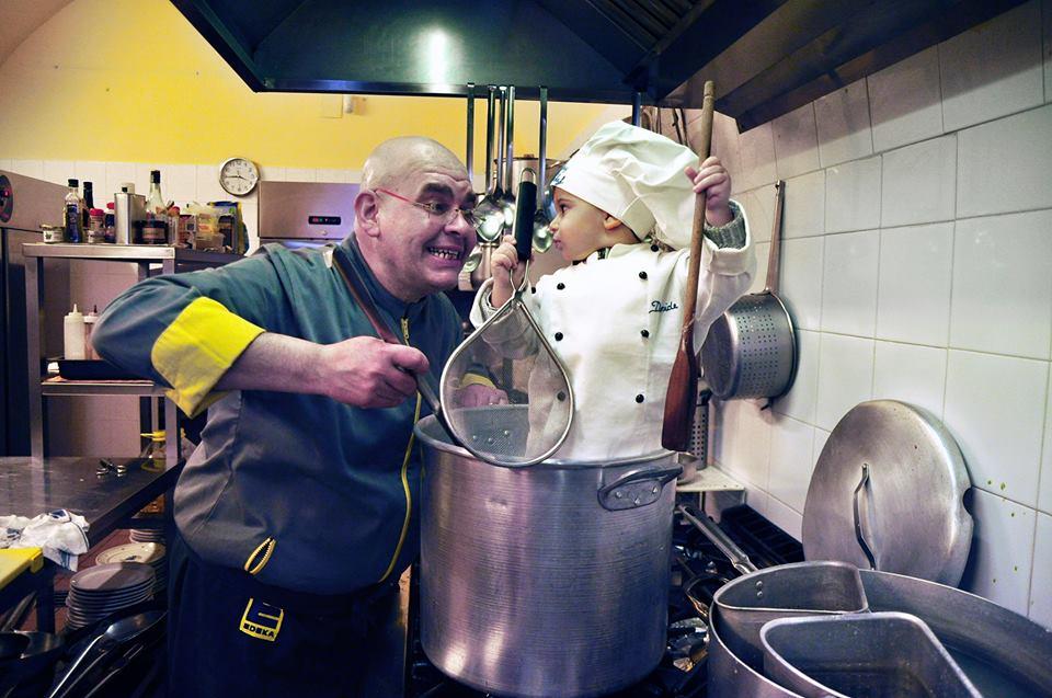alfredo garibaldi in una foto buffa in cuischerza con un bimbo vestito da chef in una pentola