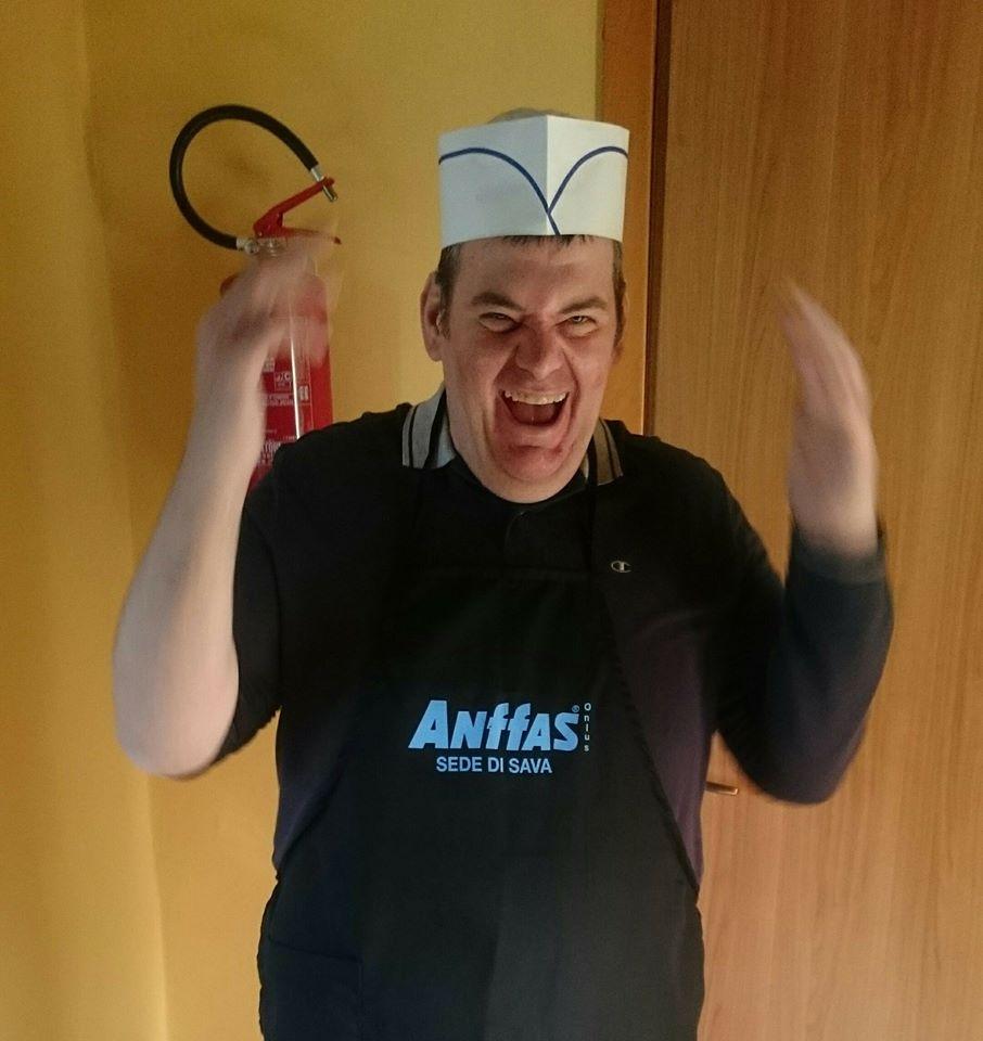 ragazzo del progetto orti solidali anffas onlus con cappello da chef che esulta