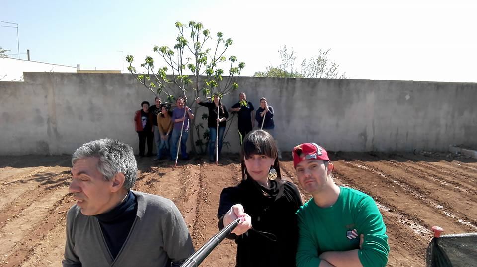 Foto di gruppo ragazzi orti solidali di Sava al Lavoro