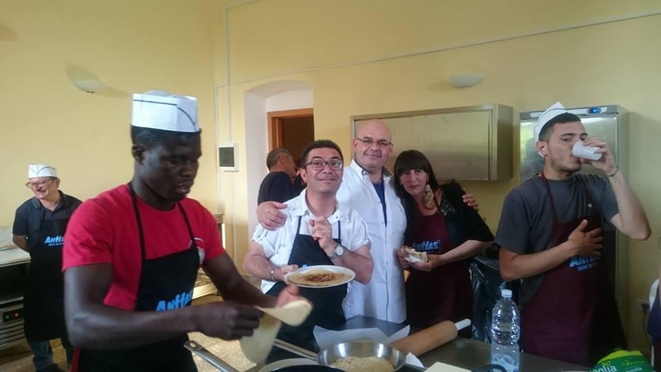 Lo chef Garibaldi, i ragazzi di Salam e Anffas nel laboratorio enogastronomico del progetto Orto Solidale