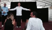 Prove dello spettacolo HO SCRITTO UNA POESIA. Arianna Lupo e Giorgio Doveri seduti di spalle mentre XXXXXXXX recita
